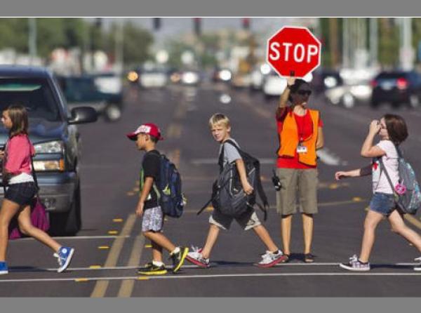 Как да научим децата да пресичат и да познават пътните знаци?